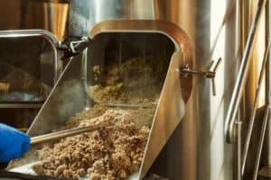 Liste des ateliers de brassage en France : La bière se compose d'eau, malt, houblon, levure, et transformer ses ingrédients en boisson gazeuse et alcoolisée demande de suivre un process. Et certaines étapes du brassage demandent un peu de doigté. De nombreuses brasseries vous ouvrent leurs portes pour vous faire découvrir les secrets de fabrication de la bière. Initiez-vous au brassage et fabriquez votre propre bière.