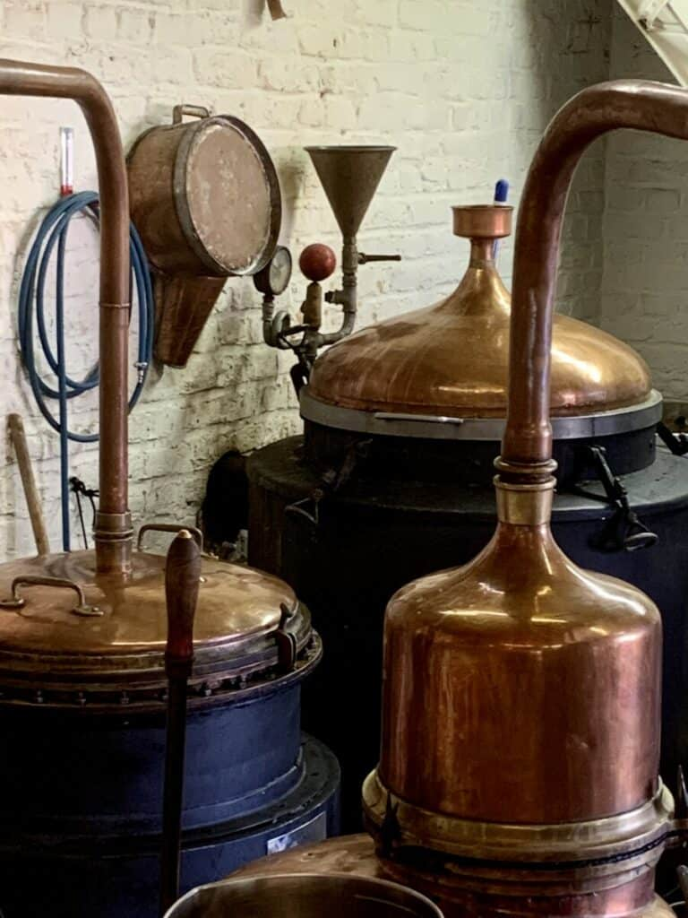 Visite de la distillerie Les enfants de Vauban, une distillerie des Hauts-de-France qui produit du gin, du rhum, de la fleur de bière, de l'absinthe et même du whisky